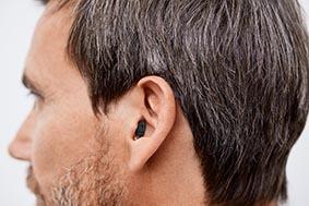 Signia Nx Insio IIC man close up prev - Обзор внутриканальных аппаратов